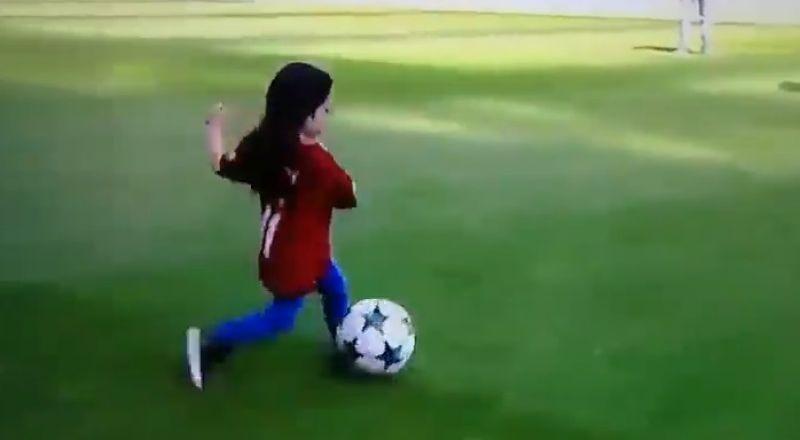 مكة محمد صلاح تداعب الكرة