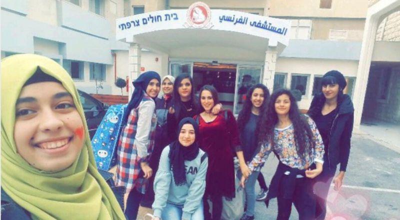 مجموعة فتيات تطلق