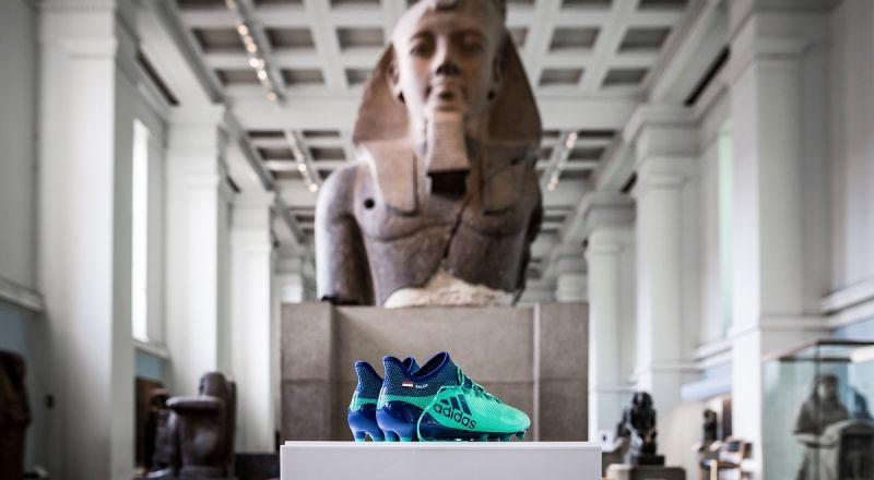 حذاء صلاح بجوار الآثار الفرعونية في المتحف البريطاني