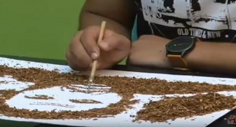 مصري يرسم لوحاته بالتبغ للتحذير من التدخين