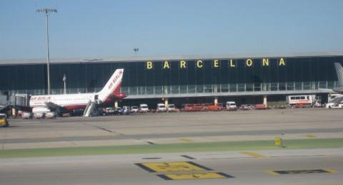 إطلاق سراح ثلاثة مدرسين من الداخل بعد احتجازهم في مطار برشلونة