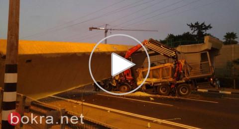 فيديو يوثق لحظة ارتطام الشاحنة بالجسر ليلة أمس