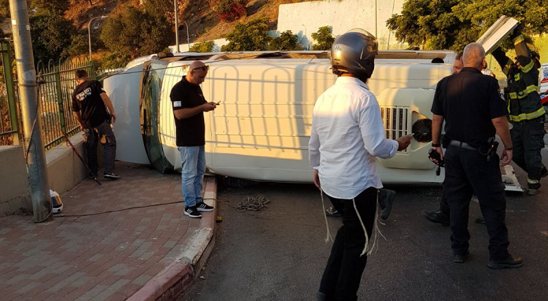 صفد: حادث طرقات ذاتي يتخلله انقلاب باص صغير واصابات