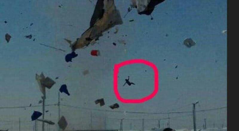 عاصفة مرعبة تجتاح مخيماً للاجئين السوريين وتقتلع خيامهم وتقذف الأطفال في الهواء!