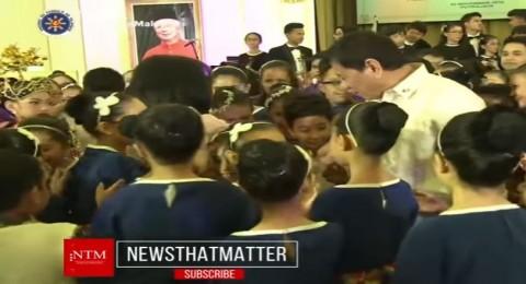 رئيس ماليزيا يرقص ويغني مع رئيس الفلبين كمراهقين