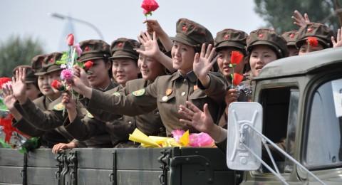 زعيم كوريا الشمالية ينظم مسابقة رماية كاتيوشا للمجندات