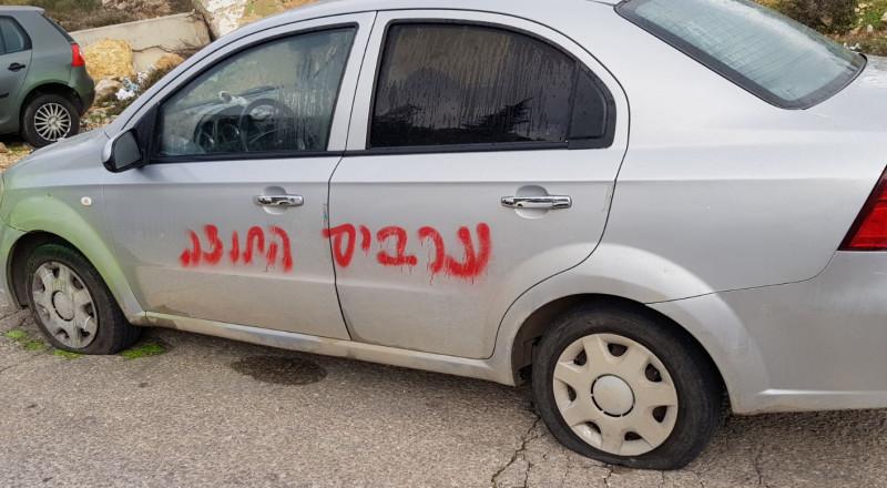 مستوطنون يخطون شعارات عنصرية ويعطبون اطارات مركبات في بيت إكسا قرب القدس
