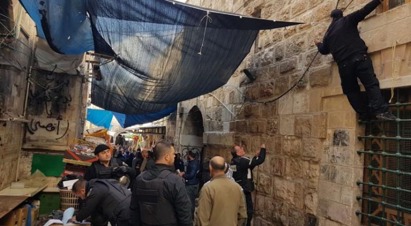 القدس: مصادرة بسطات وتحرير مخالفات بباب المجلس