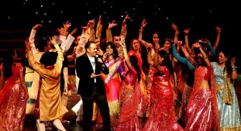 هشام عباس يفاجئ حفل هندي بأغنية