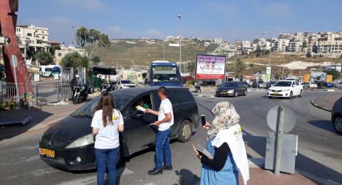 طواقم مراكز ريان توزّع نشرات توعويّة للعمّال حول حقوقهم على مداخل البلدات العربية