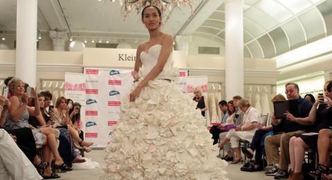 المناديل الورق تتحول إلى فساتين زفاف