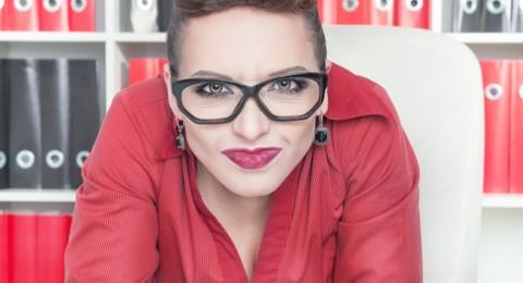 4 طرق لإزالة آثار النظارة عن وجهك