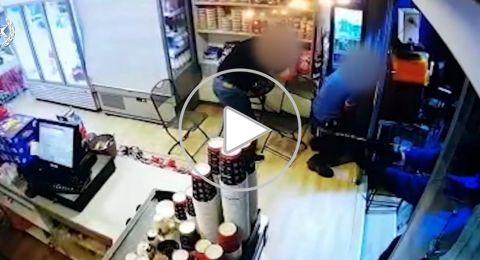 دخل محلًا تجاريًا وأطلق النار على شاب آخر أمام الناس .. يحدث في جلجولية