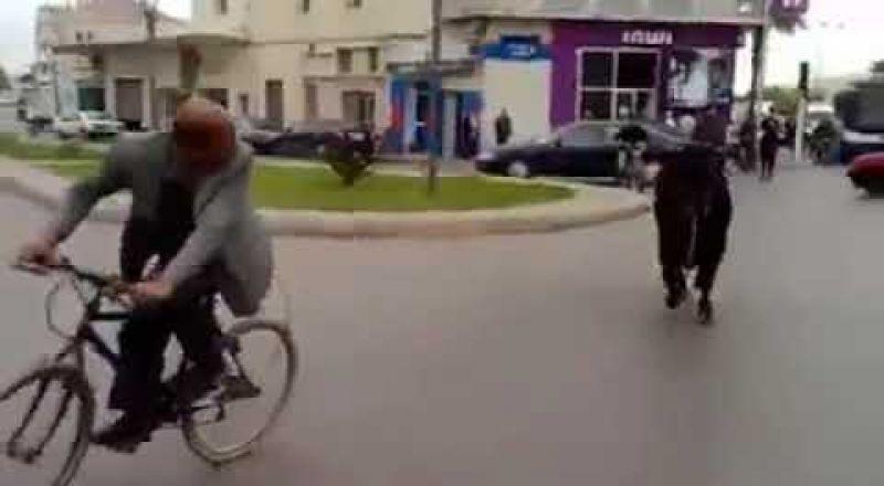 هاجم السيارات والمارة.. ثور يثير الفزع في شوارع مدينة مغربية