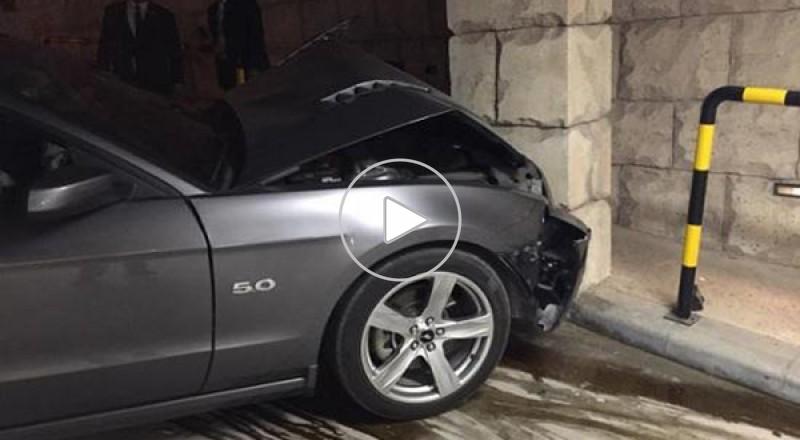 عامل صف سيارات يحطم سيارة فورد موستنج في دبي