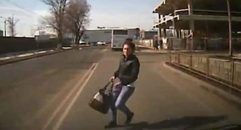 سيدة تصدم نفسها عمدًا بسيارة للحصول على تعويض