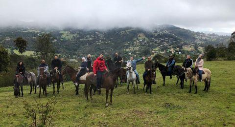 أطباء الأسنان العرب من البلاد يستمتعون بركوب الخيول والتجوّل في جبال الأنديز