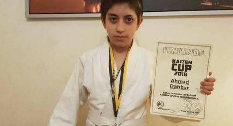 طفل فلسطيني يفوز بالمركز الثاني في إحدى البطولات المحلية للجودو بألمانيا