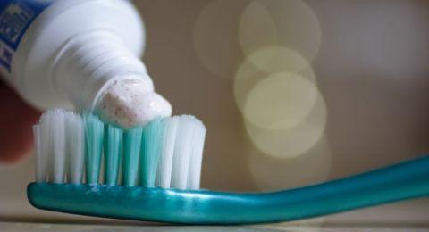 ماذا يحدث عند استخدام فرشاة الأسنان لفترة طويلة؟