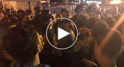 ام الفحم تتظاهر امام الشرطة واعتقال قاصر
