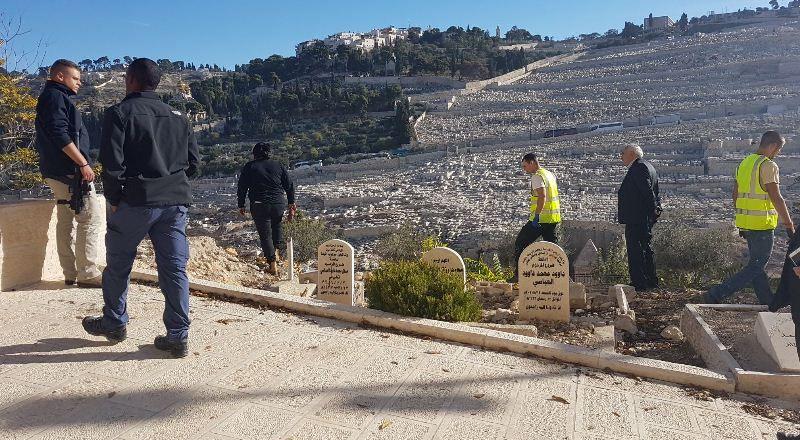 مستوطنتان تحطمان قبرا في مقبرة الرحمة الملاصقة لجدار الأقصى