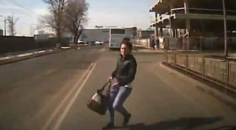 شابة روسية تصدم نفسها عمدًا بسيارة للحصول على تعويض