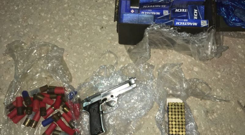 ضبط اسلحة وذخيرة في منزل في بلدة يطا واعتقال مشتبهين