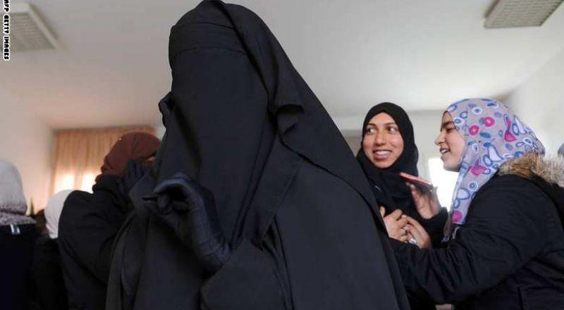 جزائرية رفضت مصافحة الرجال.. فحرموها الجنسية الفرنسية في اخر لحظة!