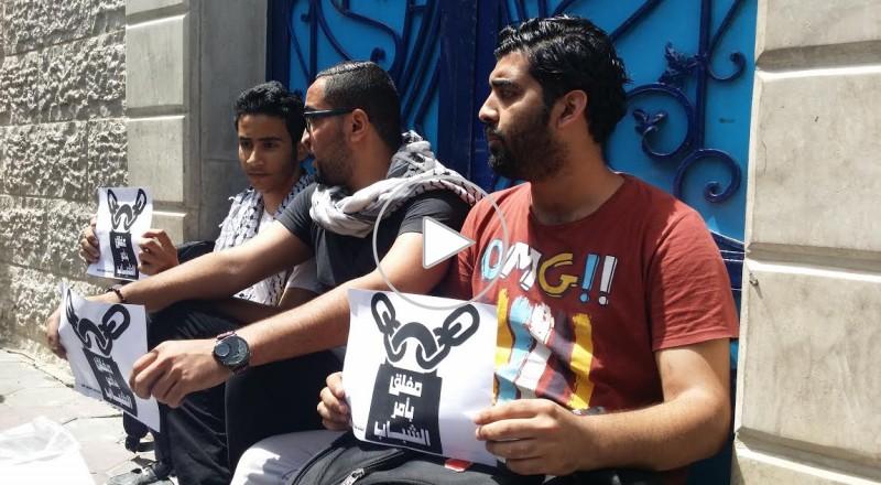شبان غاضبون يغلقون مؤسسات دولية في غزة