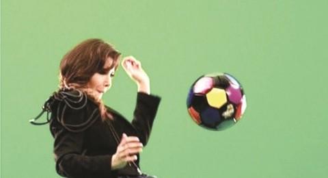 نانسي تتابع المونديال وتلعب كرة القدم