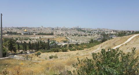 قوات الاحتلال تداهم أبو ديس وتدمّر مقرات وممتلكات لجمعيات وافراد