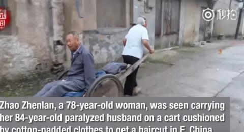 مسنة وفية تحمل زوجها العاجز لحلاقة شعره لـ18 عامًا