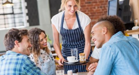 إسرائيل: معدل الأجور يزيد عن (10) آلاف وعمال المطاعم دون الحدّ الأدنى!