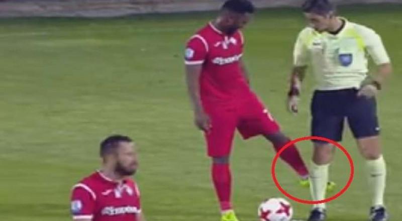 لاعب يوناني يمسح حذاءه بساق الحكم ويحرز هدفا عالميا