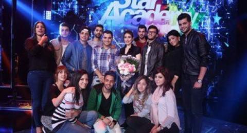 يارا تلتقط الصور مع طلاب
