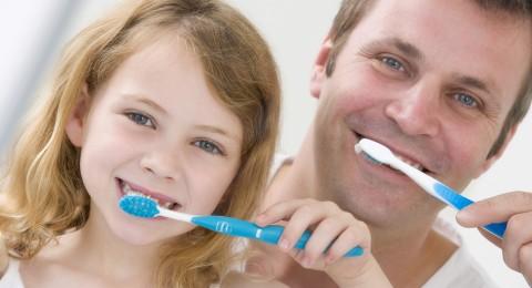 6 طرق لتشجيع طفلك بتنظيف أسنانه