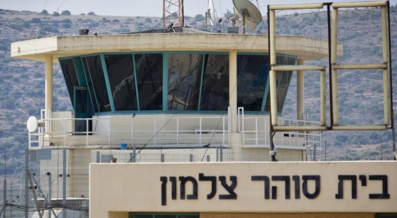 قرار إسرائيلي بتجميع الأسرى المضربين في النقب