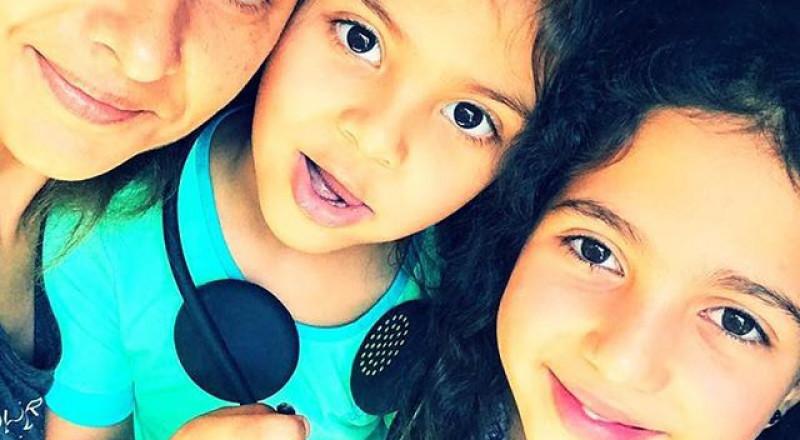 لأول مرة نيللي كريم تنشر صورة مع ابنتيها شاهدوا جمالهما