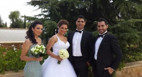 زياد خوري يتوسط عائلته في زفاف شقيقه