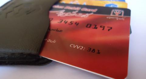 صراف يُخرج نداء استغاثة بدلا من النقود
