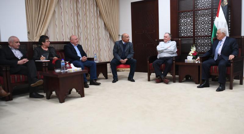 عباس يقطع جولته الخارجية.. واجتماعات عاجلة للقيادة لبحث الاعتداءات على الأقصى