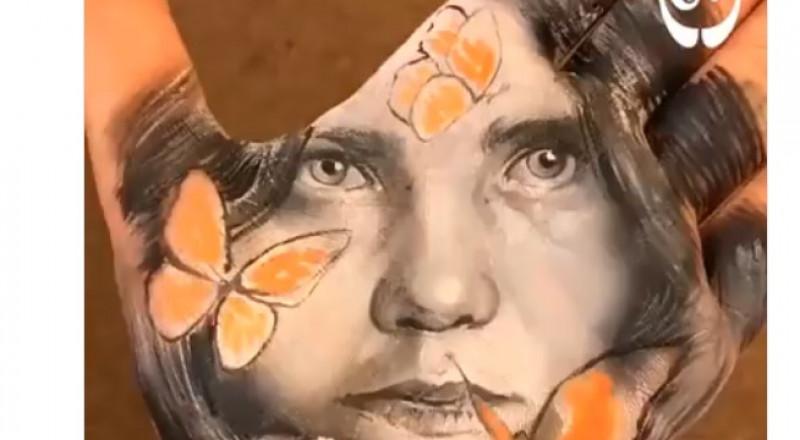رسام إيطالي يبدع لوحات رائعة على راحة يده