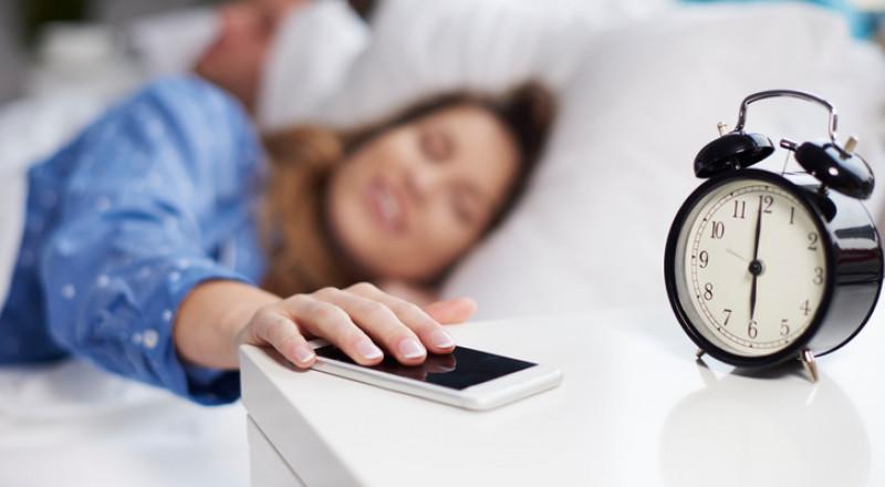 احذروا من وضع الهاتف الذكي بجوار سريرك!
