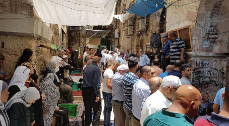 مقدسيون يؤدون صلاة الظهر أمام بابي المجلس والأسباط