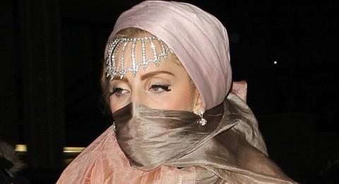 الفنانة غاغا شبه عارية تغطي رأسها بالبرقع