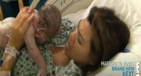 توثيق بالفيديو لكورتني كارداشيان وهي تنجب مولودتها