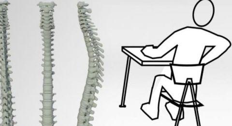 ما الطريقة الصحية لجلوس الطفل في المدرسة؟