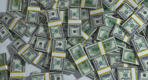 الدولار يرتفع قليلا