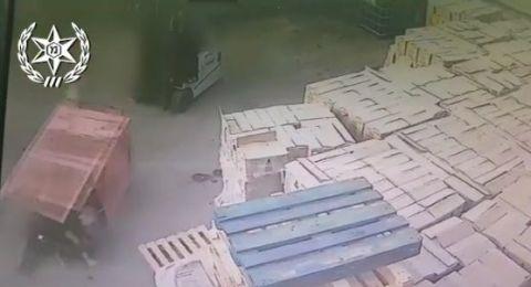كفر قاسم: عامل ينقل فتيات داخل صندوق رافعة متحركة!