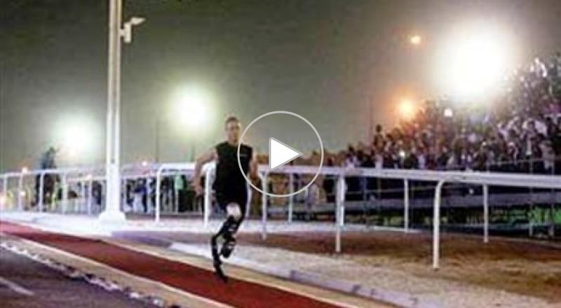 عدّاء مبتور القدمين يسبق حصاناً عربياً في قطر